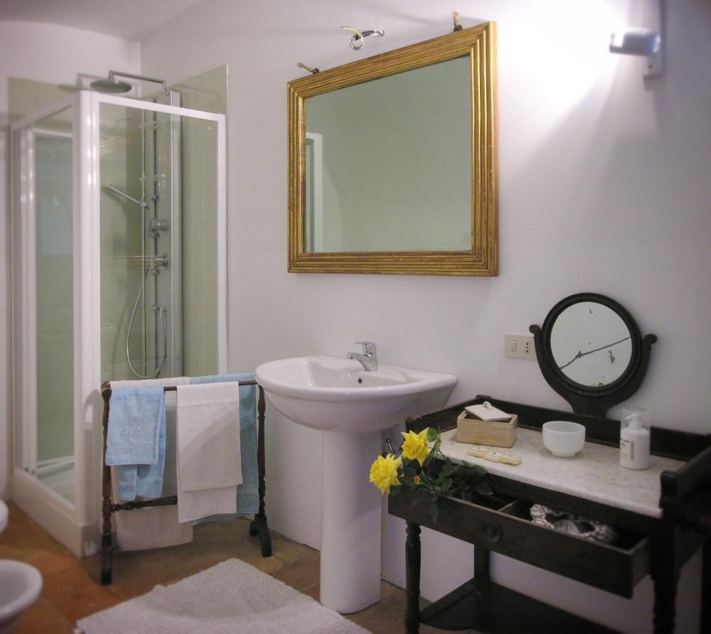 Camere matrimoniali con bagno privato castello sannazzaro - Ostelli londra con bagno privato ...